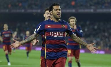 Daniel Alves pode estar de saída do Barcelona Foto: LLUIS GENE / AFP