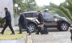 Policiais chegam com material apreendido à sede da PF em São Paulo, na manhã desta terça-feira Foto: Marcos Alves / Agência O Globo