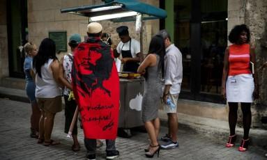 Turistas compram churros em Havana: no futuro, tendência é que negócios comecem a ter franquias na ilha Foto: Ramon Espinosa / AP