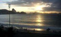 Amanhecer na Praia de Copacanana, na Zona Sul do Rio Foto: Centro de Operações Rio / Reprodução
