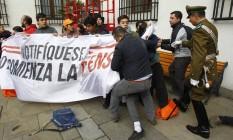 Seguranças tentam remover estudantes do Palacio de La Moneda, em Santiago Foto: El Mercurio/GDA