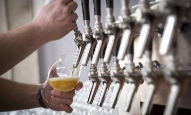 Cervejas produzidas segundo a Reinheitsgebot, ou Lei de pureza, são reverenciadas em estabelecimentos como o Libray Bar, em Berlim Foto: GORDON WELTERS / NYT