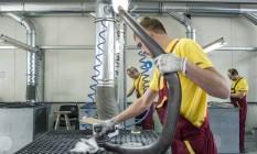 Trabalhadores na fábrica da Fische-Mukachevko, que está expandindo suas operações na Ucrânia Foto: BRENDAN HOFFMAN / NYT