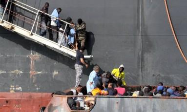 Migrantes que tentavam chegar à Europa desembarcam em base naval da Líbia após resgate Foto: MAHMUD TURKIA / AFP
