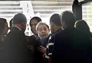 O ex-presidente é levado pela Polícia Federal ao Aeroporto de Congonhas em cumprimento a um mandado de condução coercitiva, em março de 2016 Foto: Marcos Bizzotto / Agência O Globo / 4-3-2016