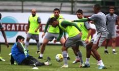 Observado por Fred e Osvaldo, Scarpa tenta a finalização no treino do Fluminense, terça-feira Foto: Divulgação