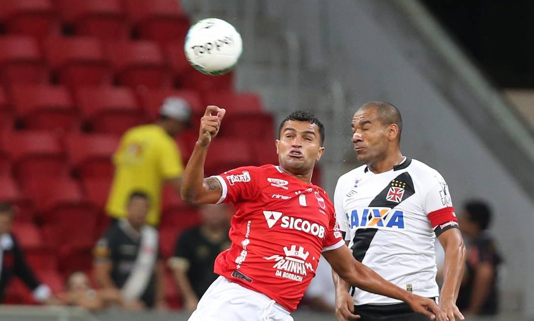 Capitão Rodrigo, do Vasco, disputa a bola com um jogador do Vila Nova Jorge William