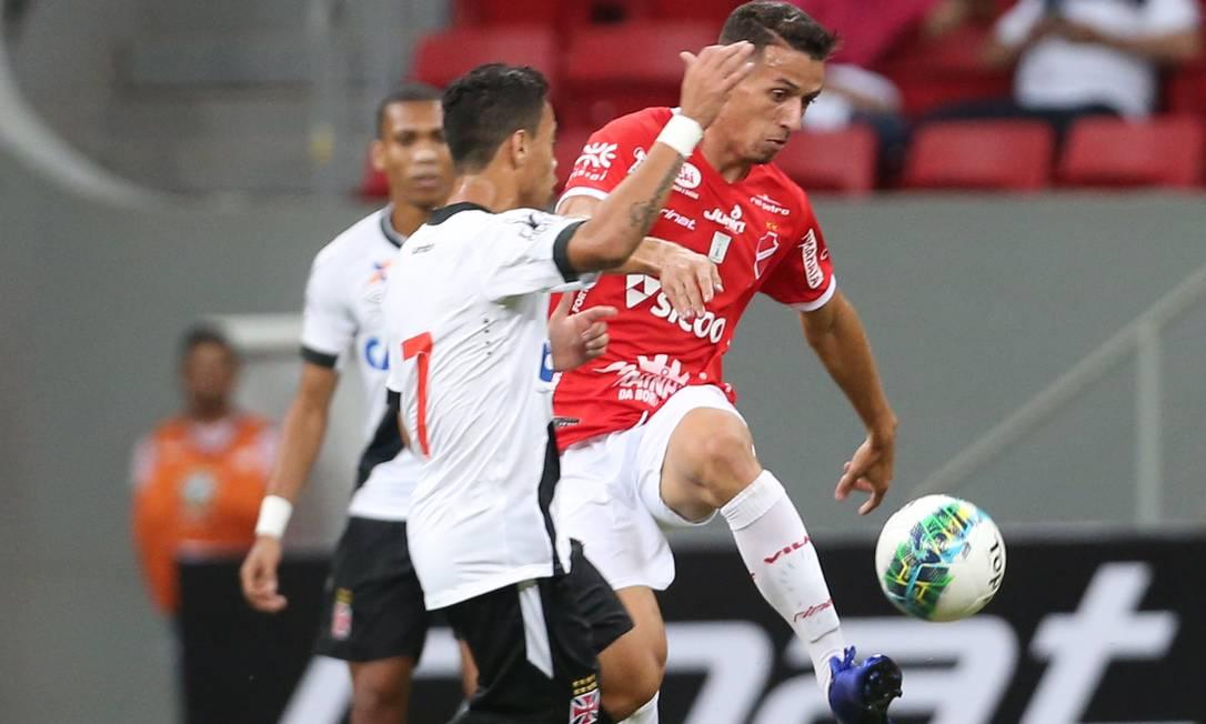 Observado por Madson, Pikachu, do Vasco, disputa a bola com um jogador do Vila Nova Jorge William