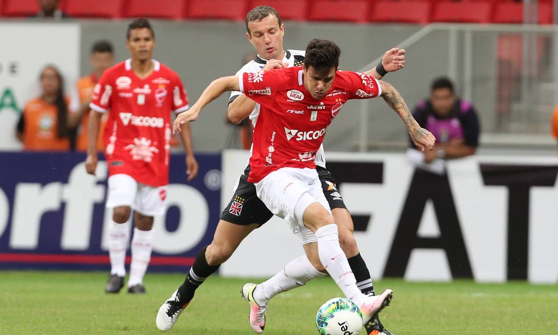 Marcelo Matto dá o combate em um jogador do Vila Nova Jorge William