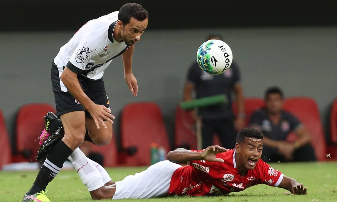 Nenê, do Vasco, tenta passar por um jogador do Vila Nova Jorge William