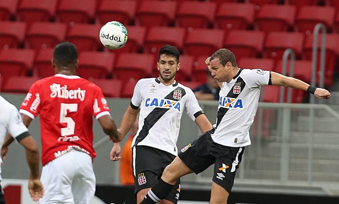 Observado por Luan, Marcelo Mattos cabeceia a bola Jorge William