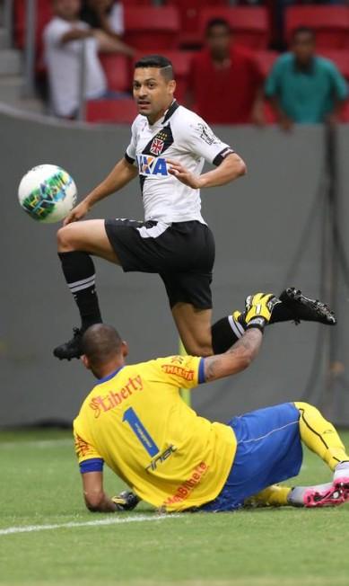 Éder Luis perde boa chance na saída do goleiro Edson no primeiro tempo Jorge William