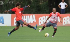 Emerson recebe a marcação de Willian Arão no treino no Ninho do Urubu Foto: Divulgação