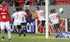 Nenê corre para comemorar o primeiro gol do Vasco na vitória sobre o Vila Nova Foto: Jorge William