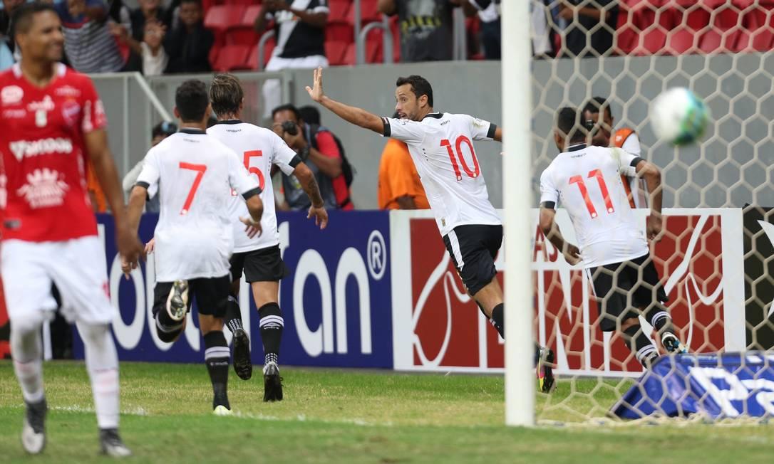Nenê corre para comemorar o primeiro gol do Vasco na vitória sobre o Vila Nova Jorge William