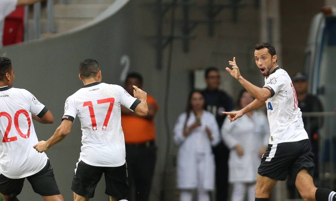 Nenê comemora com Éder Luis e Evander um dos gols na vitória do Vasco sobre o Vila Nova Jorge William