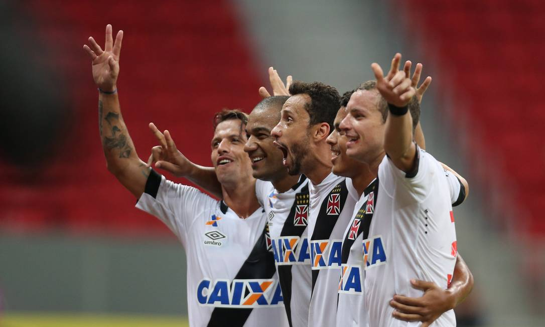 Diguinho, Rodrigo, Nenê, Evander e Marcelo Mattos comemoram um dos gols do Vasco na vitória por 2 a 0 sobre o Vila Nova Jorge William