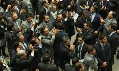 Deputados e senadores governistas comemoram a aprovação da revisão da meta fiscal de 2016 Foto: André Coelho / Agência O Globo