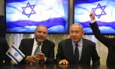 Lieberman (esq.) é empossado por Netanyahu: sem experiência militar, Palestina teme congelamento total de relações Foto: MENAHEM KAHANA / AFP