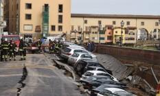 Com a luxuosa Ponte Vecchio ao fundo, carros estacionados foram abaixo Foto: CLAUDIO GIOVANNINI / AFP