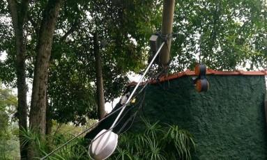 Poste caído na rua Rua Scylla Souza Ribeiro, em Niterói Foto: Foto enviada pela leitora Ana Paula Freitas / WhatsApp do GLOBO