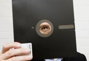 Os disquetes foram utilizados até o início do século, quando foram substituídos pelos CDs regraváveis (também obsoletos) e pen drives. Eles comportavam até 1 megabyte de dados. Foto: ADAM BUTLER / AP