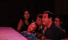 Crianças com autismo e seus pais assitem a uma peça especialmente encenada para elas Foto: Divulgação/Ana Carina Manta