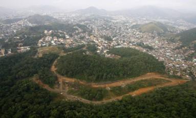 Trecho da Mata Atlântica desmatado para construção de condomínio ilegal no Rio Foto: Fábio Rossi / Agência O Globo