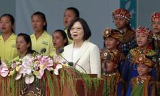Tsai Ing-wen canta hino nacional com crianças em cerimônia de possa em Taipei Foto: Chiang Ying-ying / AP
