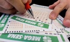 Apostador marca números para sorteio da Mega-Sena Foto: Divulgação