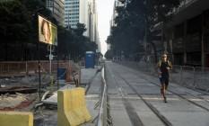 Trecho da Avenida Rio Branco já com trilhos do VLT Foto: Leo Martins - 10/04/2016 / Agência O Globo