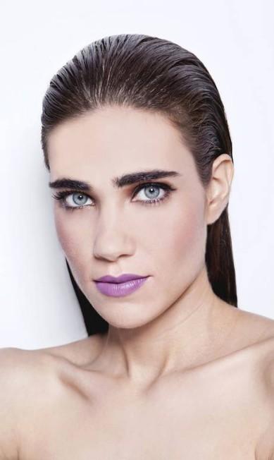 Para o acompanhar a cor divertida que é o lilás, o delineador é a grande opção, tornando o look sexy Mariana Pekin