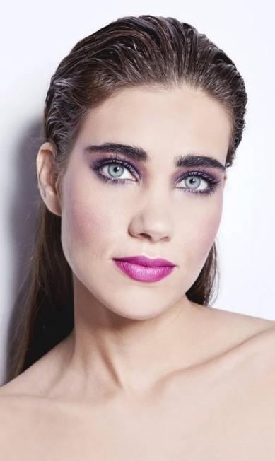 O rosa ganha ares ombré no centro da boca e vem acompanhado de lilás para modernizar ainda mais a maquiagem Mariana Pekin