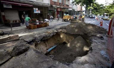 Cratera aberta na Avenida Gomes Carneiro, na altura do número 130, em Ipanema. Duas faixas da via estão interditadas Foto: Márcia Foletto / O Globo