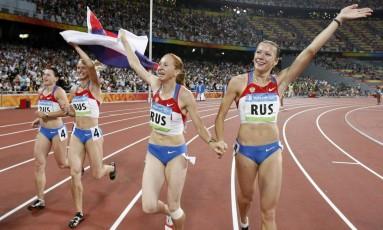 Yuliya Chermoshanskaya, à direita, acena após a vitória da Rússia no revezamento 4x100m em Pequim-2008: caso doping seja confirmado, Brasil pode herdar bronze Foto: Thomas Kienzle / AP