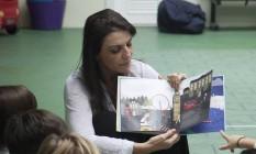 A diretora e neuropsicóloga Ana Luiza Badaró lê para as crianças Foto: Analice Parón / Agência O Globo