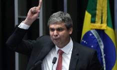 O senador Lindberg Farias discursa Foto: André Coelho / 11-05-2016 / Agência O Globo