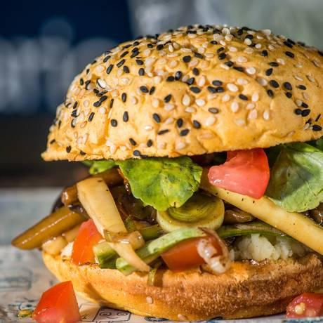 O famos hambúrguer vegatariano do Larica Gourmet Foto: BRUNO RODRIGUES / Divulgação