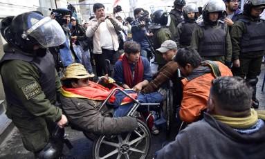 Polícia remove cadeirantes que tentavam chegar ao palácio presidencial em La Paz Foto: AIZAR RALDES / AFP