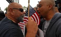 Clima quente em Anaheim. Opositores e partidários de Donald Trump se encontraram em comício do magnata na Califórnia Foto: Michael Goulding / AP