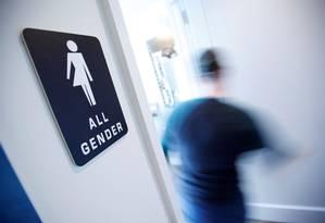 Banheiro sinalizado para receber todos os gêneros, em uma cafeteria em Durham, na Norte Carolina, EUA Foto: JONATHAN DRAKE / REUTERS