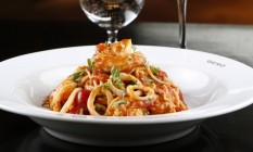 Spaghetti Profondo Mare: massa italiana com lulas, camarões, vieiras, cavaquinha e tomate fresco Foto: Fábio Rossi / Agência O Globo