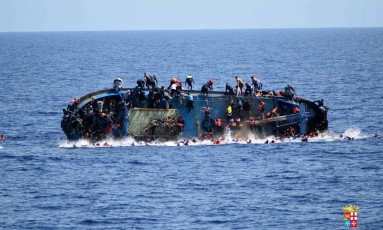 Barco com imigrantes ilegais vira nas águas do Mediterrâneo. Operação da Marinha italiana na costa da Líbia salvou mais de 500 pessoas que tentavam chegar à Europa Foto: AP