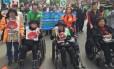 Setsuko Thurlow, à direita na cadeira de rodas, participa de uma marcha contra armas nucleares