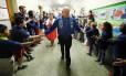 Scott Kelly e seu irmão gêmeo Mark Kelly visitaram há uma semana a Kelly Elementary School, escola primária que frequentaram na infância, em New Jersey, e que agora tem o nome da família deles