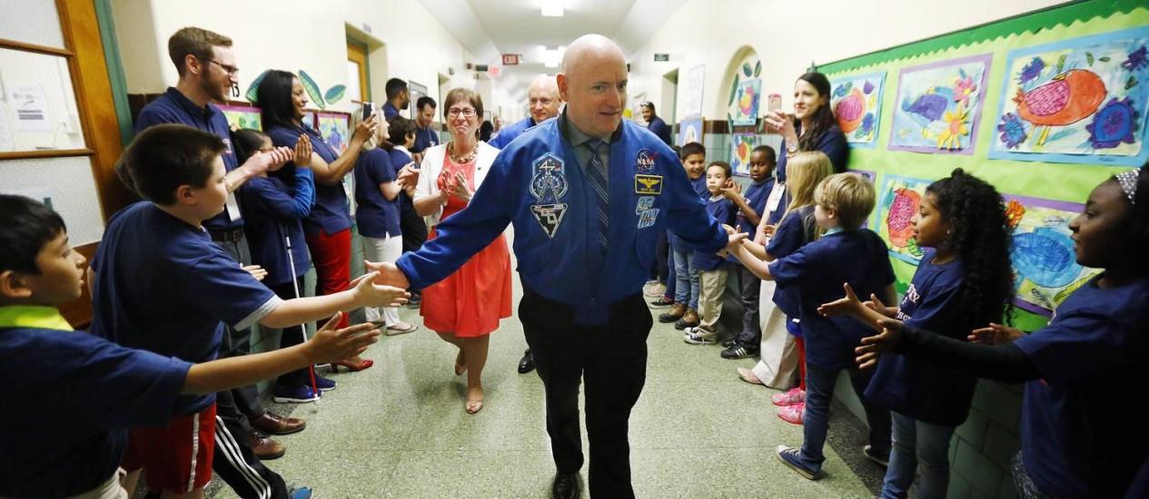 Scott Kelly e seu irmão gêmeo Mark Kelly visitaram há uma semana a Kelly Elementary School, escola primária que frequentaram na infância, em New Jersey, e que agora tem o nome da família deles Foto: Julio Cortez / AP