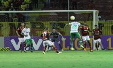 Cleber Santana, da Chapecoense, cabeceia a bola na partida contra o Flamengo, em Volta Redonda Foto: Divulgação