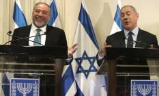 O líder de extrema-direita Avigdor Lieberman e premier de Israel, Benjamin Netanyahu, ao assinarem acordo de coalizão Foto: MENAHEM KAHANA / AFP