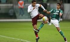 Fred tenta o chute, marcado por um zagueiro do Palmeiras Foto: Pedro Kirilos