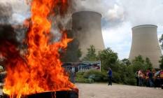 Protesto em frente à usina nuclear de Nogent-sur-Seine, na França, contra a reforma trabalhista Foto: FRANCOIS NASCIMBENI / AFP